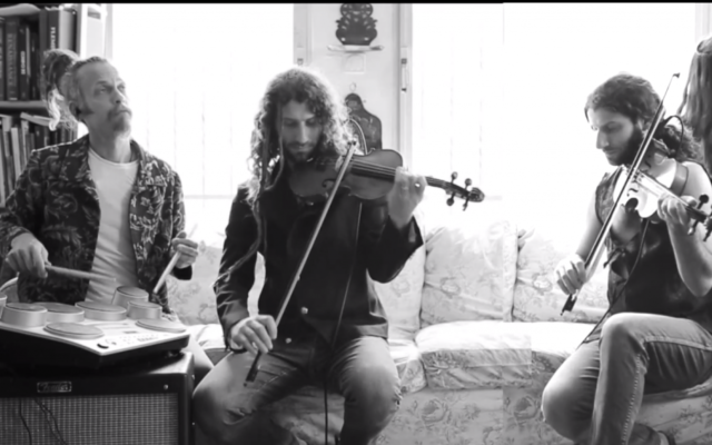 Michael Greilsammer et son groupe (Crédit : capture d'écran YouTube)