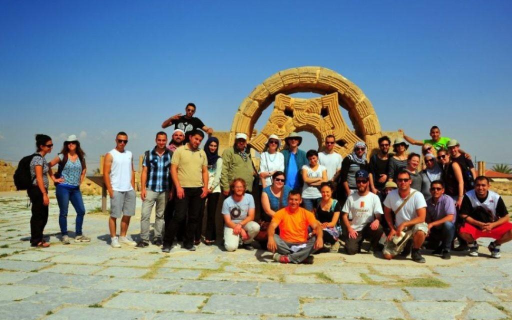Une photo de groupe au Palais de Hisham, un site archéologique islamique datant du VIIIème siècle et se trouvant à Jéricho (Crédit : copyright/Bruce Shaffer)