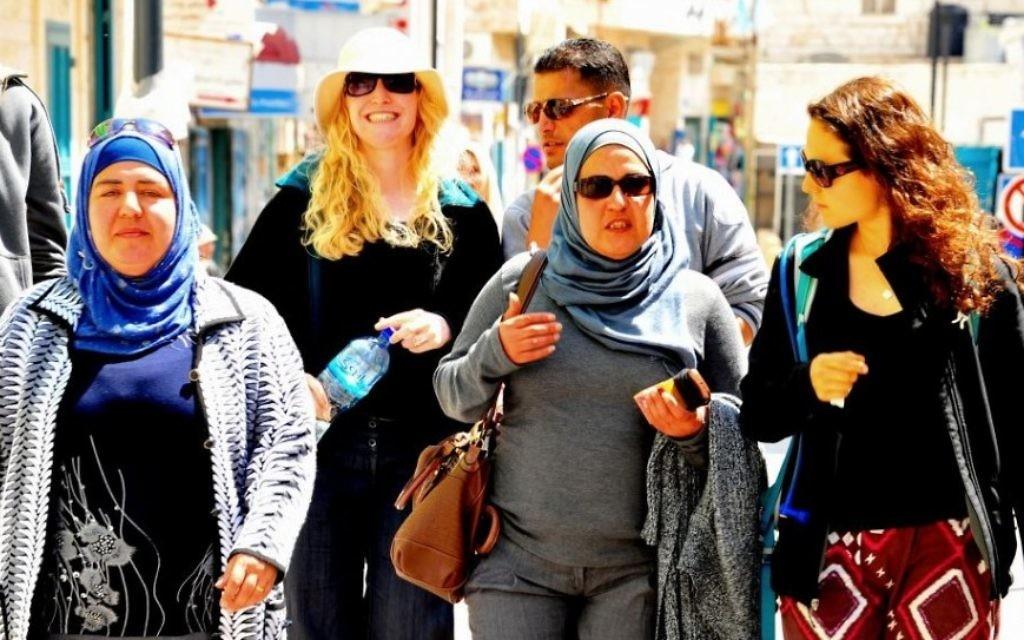 Des participants odu tour Tiyul-Rihla dans les rues de Bethléem, le 4 avril 2014 (Crédit : copyright/Bruce Shaffer)