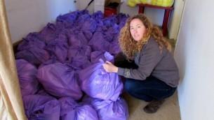 Dana Manor, une bénévole d'IsraAid en train de préparer des fournitures pour bébé (Crédit : Debra Kamin/Times of Israel)