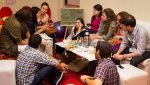 De jeunes participants de Lazos réunis pour discuter de la baisse des effectifs des Juifs en Amérique Latine (Crédit : Lazos via JTA)