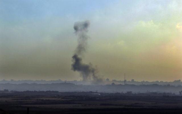 De la fumée après un tir de roquette (Crédit : Flash 90)