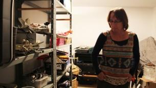 Debby Elnatan possède un atelier dans la cave de son domicile à Jérusalem, où elle crée des inventions dans le but d'aider son fils, Rotem (Crédit : Rebecca McKinsey/Times of Israel)