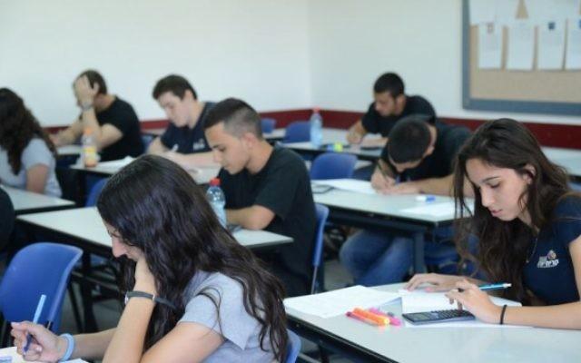 Des étudiants au lycée de Kiryat Sharet à Holon (Crédit : Yossi Zeliger/Flash 90)