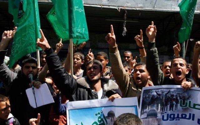 Des Gazaouis portant des drapeaux à un rassemblement - 28 avril 2014 (Crédit : Abed Rahim Khatib/Flash 90)
