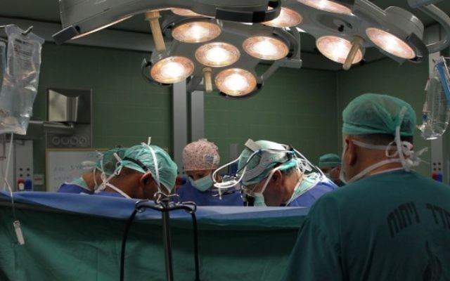 Des chirurgiens dans un bloc opératoire (Crédit : Nati ShohaT/Flash 90)