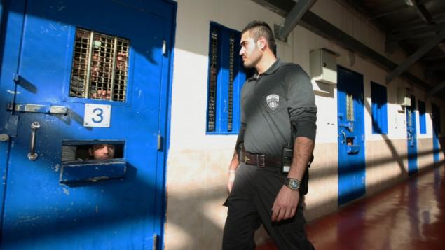 Des gardiens de prison dans une prison israélienne détenant des prisonniers Palestiniens - février 2012 (Crédit : Moshe Shai/Flash 90)
