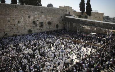 Des Juifs pratiquants au mur Occidental, vêtus de leurs Taliths en période de Pessah - 17 avril 2014 (Crédit : Hadas Parush Flash 90)
