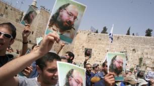 Des manifestants réclament la libération de Jonathan Pollard (Crédit : Nati Shohat/Flash 90)