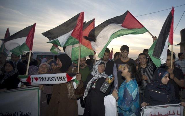 Des Palestiniens défilent pour soutenir le pacte de réconciliation entre le Hamas et le Fatah (Crédit : AFP)