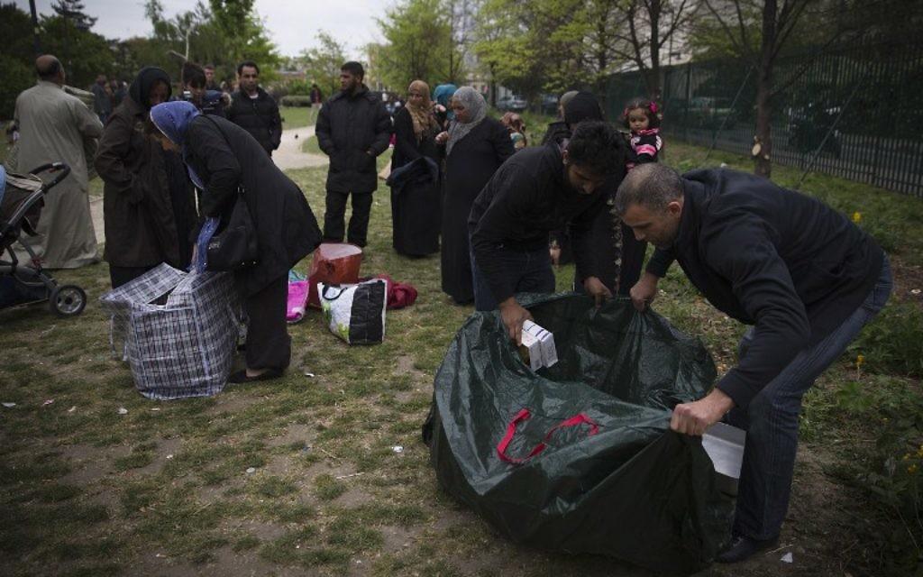 Des réfugiés syriens au parc Edouard Vaillant à Saint-Ouen au nord de Paris (Crédit Joel Saget/AFP)