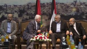 Des responsables du Hamas et du Fatah dans un panel - 22 avril 2014 (Crédit : Mahmud Hams/AFP)