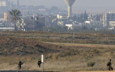 Des soldats israéliens à frontière avec Gaza (Crédit : David Buimovitch/Flash 90/File)