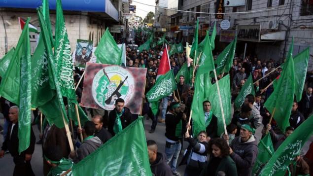 Des supporters du Hamas à un rassemblement à Ramallah (Crédit : Issam Rimawi/Flash 90)