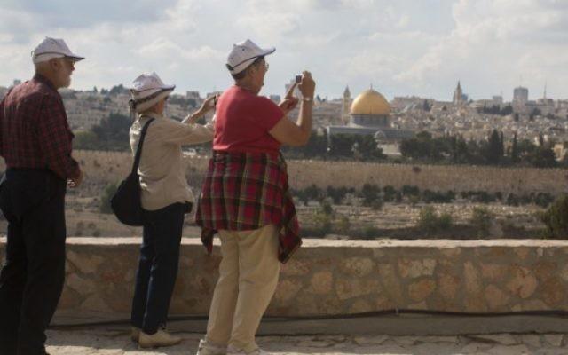 Des touristes à Jérusalem (Crédit : Yonatan Sindel/Flash 90)