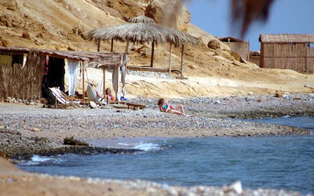 Des touristes israéliens sur une plage -Sinai (Crédit : Yossi Zamir/Flash90)