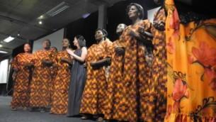 Dr Daniella Mark (centre) chante avec les chanteurs de la Fondation pour le Sida - Desmond Tutu (Crédit : autorisation PATA)