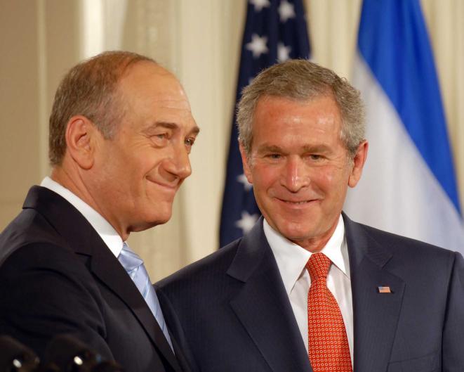Ehud Olmert et George W. Bush à la Maison blanche en mai 2006 (Crédit : Avi Ohayon/GPO/Flash 90)