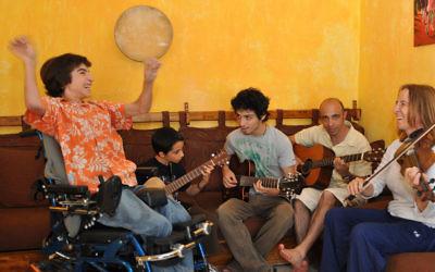Rotem Elnatan, 19 ans, écoute ses frères Inbar et Shchar, son père Zohar et sa mère Debby jouer de la musique. Toute la famille aime ça ! (Crédit : Autorisation de Debby Elnatan)