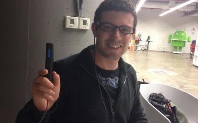 Erez Naaman en train de montrer le système d'OrCam en action (Crédit : autorisation)