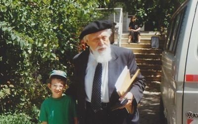Ezriel et le Professeur Reuven Feuerstein (Crédit : Domaine public Wikimedia commons)