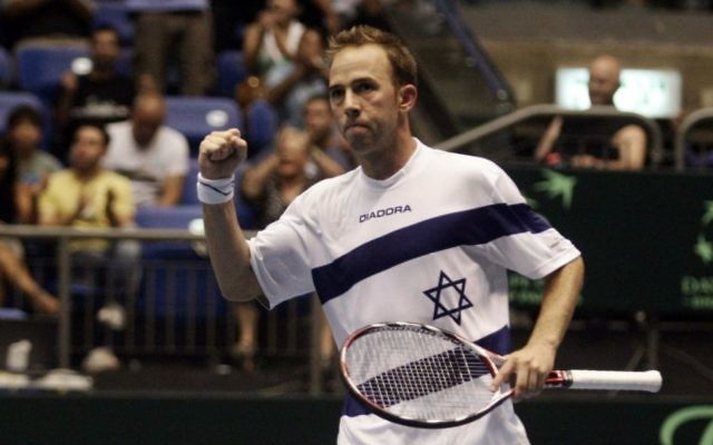 Dudi Sela pendant un match de la Coupe Davis, en juillet 2009. (Crédit : Uri Lenz/Flash90)