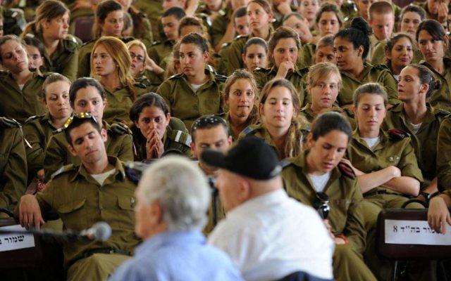 Peter Erben (à gauche) et Yakov Zur, au musée de Beit Theresienstadt, siuté au Kibbutz Givat Haim, s'adressent à des soldats israéliens (Crédit : Gili Yaari/Flash 90)