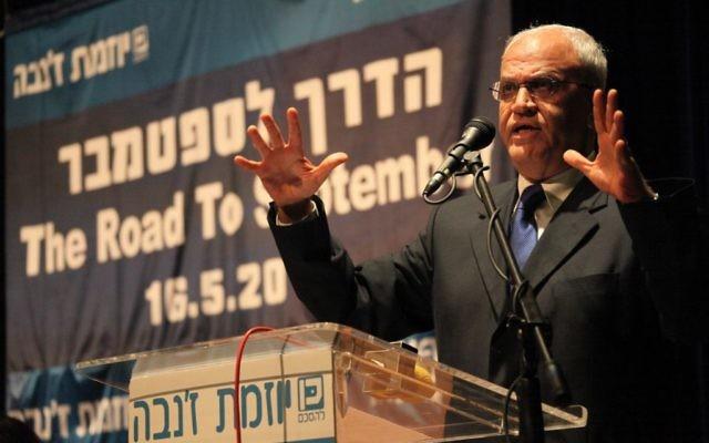 Le négociateur en chef palestinien, Saeb Erekat, lors d'une conférence à Tel Aviv, 2011 (Crédit : Mati Milstein- handout/Flash90)