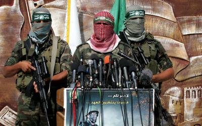 Des membres de la branche armée du Hamas, les brigades Ezzedine al-Qassam, célèbrent le premier anniversaire de l'accord Shalit, en 2012. (Crédit : Rahim Khatib/Flash90)
