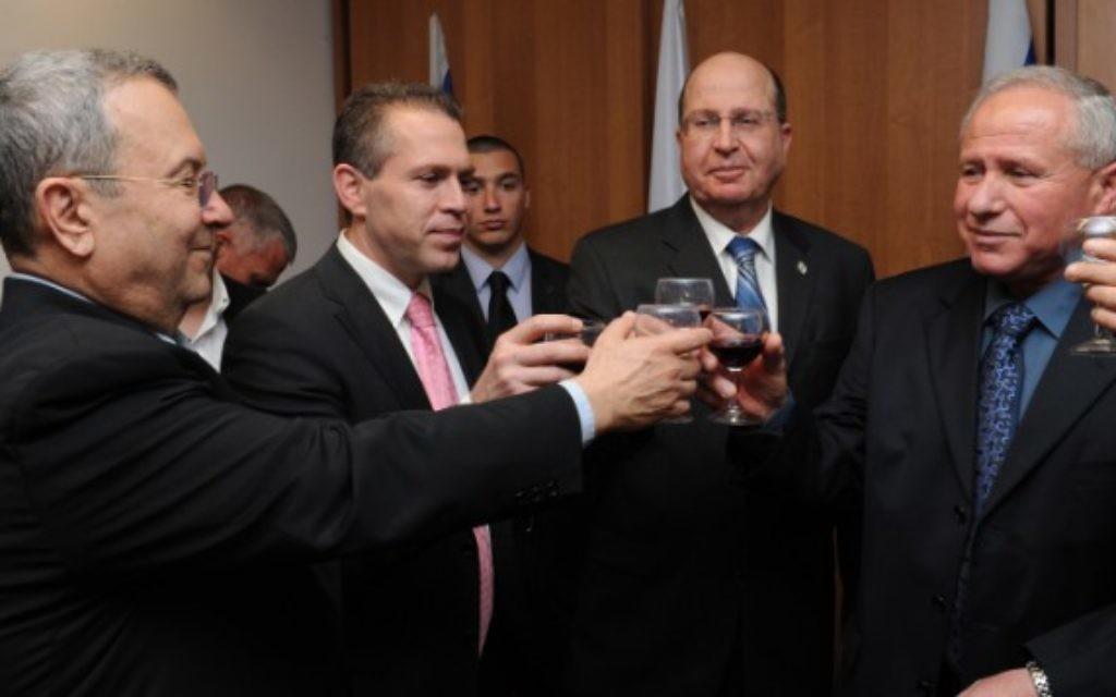 De gauche à droite - Ehud Barak, Gilad Erdan, (cravate rose), Moshe Yaalon et  Avi Dichter (Crédit : ministère de la Défense/Flash 90)