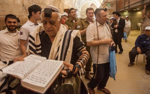Image illustrant un survivant de l'Holocauste célébrant tardivement sa bar-mitsva à Jérusalem (Crédit : Flash90)