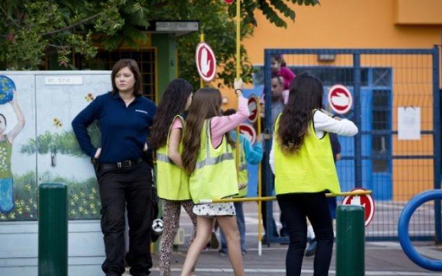 Jeunes filles devant une école (Crédit : Moshe Shai/Flash90)
