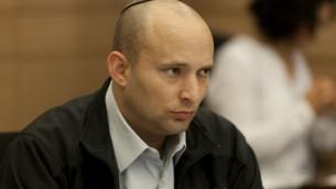 Le ministre de l'Économie, Naftali Bennett, à la Knesset, le 17 décembre 2014 (Crédit : Flash90)