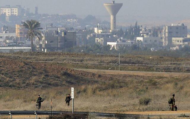 Des patrouilles israéliennes à la frontière avec Gaza, le 3 janvier 2014 (Crédit : David Buimovitch/Flash90/File)