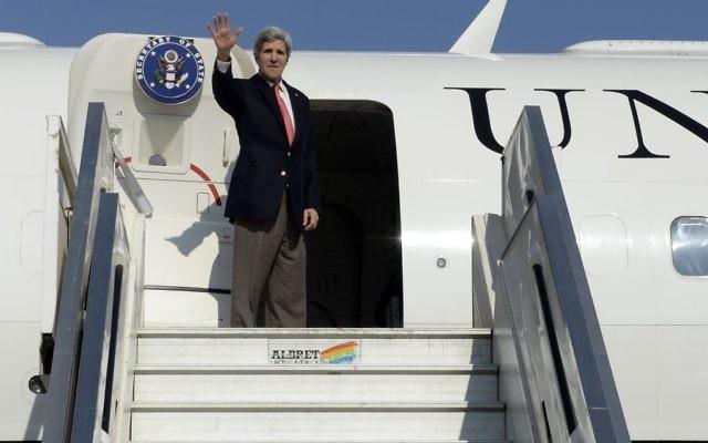 Le secrétaire d'État salue avant d'embarquer son avion à l'aéroport international Ben Gurion, le 6 janvier 2014 (Crédit : Matty Stern/Ambassade des États-Unis à Tel Aviv/Flash 90)