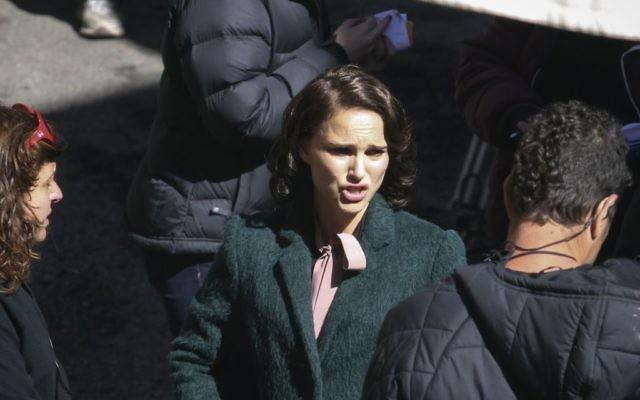"""Natalie Portman sur le tournage d' """"Une Histoire d'amour et de ténèbres"""" dans le quartier de Nachlaot à Jérusalem, le 11 février 2014 (Crédit : Yonatan Sindel/Flash 90)"""