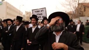 Des juifs ultra-orthodoxes manifestent contre la conscription universelle dans les rues de Jérusalem le 2 mars 2014 (Crédit : Yaakov Naumi/FLASH90)