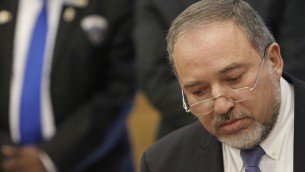 Le ministre des Affaires étrangères, Avigdor Liberman lors d'une conférence de presse à la Knesset, le 25 mars 2014 (Crédit : Miriam Alster/FLASH90)