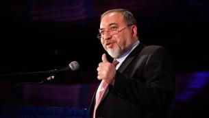 Le chef du parti Yisrael Beytenu, Avigdor Liberman, lors d'une cérémonie pour Pessah de son parti, à Jérusalem, le 2 avril 2014 (Crédit : Flash90)