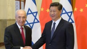 Le président israélien Shimon Peres et son homologue chinois Xi Jinping à Pékin, le 8 avril 2014 (Crédit : Amos Ben Gershom/GPO/Flash 90)