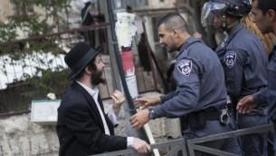 Affrontements entre des hommes ultra-orthodoxes et des policiers à Jérusalem, le 10 avril 2014, suite à l'arrestation d'un haredi qui refusait la conscription militaire (Crédit: Yonatan Sindel/Flash90)