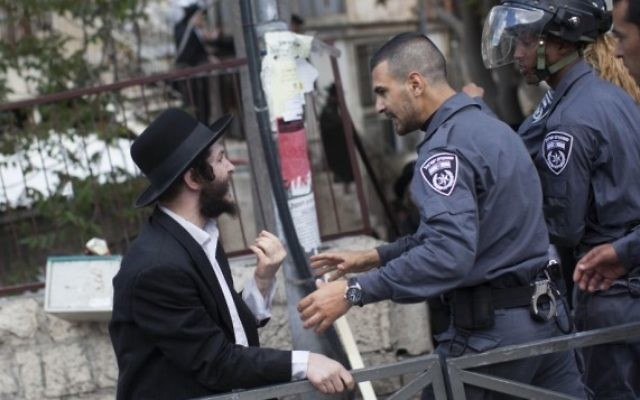 Affrontements entre des hommes ultra-orthodoxes et des policiers à Jérusalem, le 10 avril 2014, suite à l'arrestation d'un haredi qui refusait la conscription militaire (Crédit: Yonatan Sindel/Flash90)