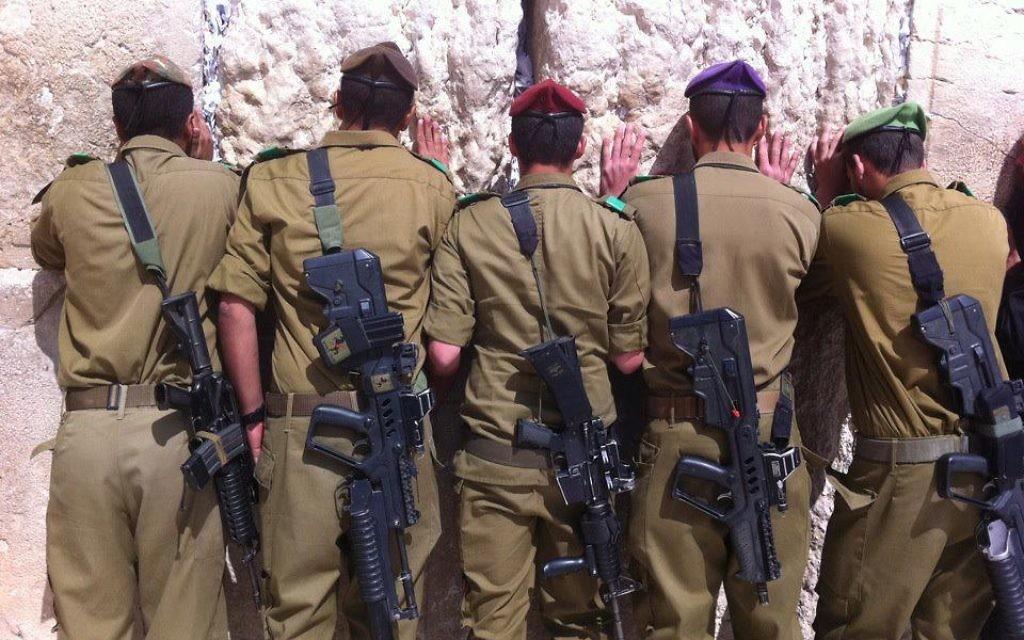 Image illustrant des soldats israéliens au mur Occidental à Jérusalem (Crédit : Unité des porte-paroles de l'armée israélienne)