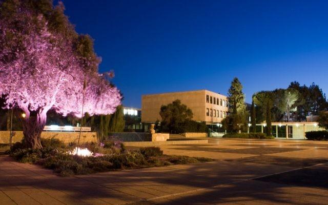 Le campus de Givat Ram de l'université hébraïque de Jérusalem, de nuit (Crédit : CC BY Adiel lo/Wikimedia Commons)