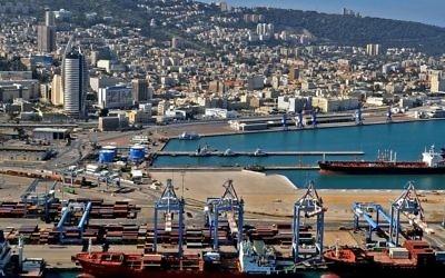 Le bas de la ville et le port de Haïfa (Crédit : CC BY Zvi Roger/Municipalité de Haïfa)
