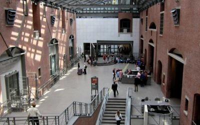 Hall du Mémorial de l'Holocauste américain à Washington D.C (Crédit : CC BY SA/Agnosticpreacherskid/Wikimedia commons)