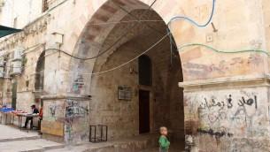 L'entrée de Ribat al-Mansuri, aussi connue sous le nom de Prison Sanguine (Crédit : Ilan Ben Zion/Times of Israel)