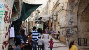 Le quartier africain de la Vieille Ville, avec la porte Bab al-Nazerdu, la porte du Conseil, qui permet l'accès au mont du Temple. (Crédit : Ilan Ben Zion/Times of Israël)