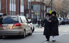Illustration de Juifs ultra-orthodoxes dans le quartier de Williamsburg à Brooklyn (Crédit : Gedalya Gottdenger/Creative commons/JTA)