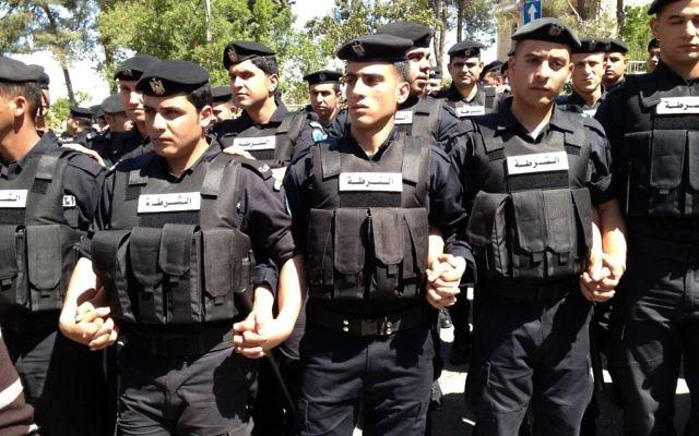 Illustration de policiers palestiniens à Ramallah (Crédit : Elhanan Miller/Times of Israel)